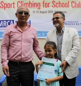 क्लाइम्बिङको आधारभूत तालिमको समापनका अवसरमा उपाध्यक्ष लामा टेन्डी शेर्पा सहभागीलाई प्रमाणपत्र प्रदान गर्दै
